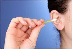 čistenie uší vatovými tyčinkami