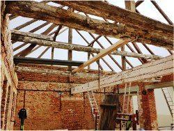 odstránenie poškodených častí dreva krovu