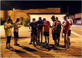 hľadanie pokémonov v skupine na ulici a zlodeji