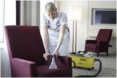 čistenie látkovej sedačky vysávačom