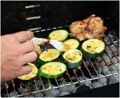 grilovanie zeleniny a potieranie olejom