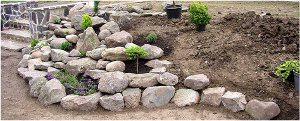 tvorba skalky s kameňami a sadenie rastlín