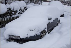 zasnežené nepojazdné auto v zime