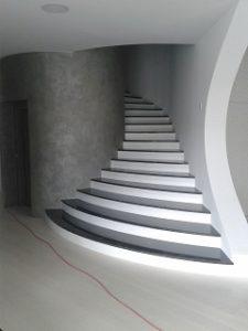 postavenie kamenných schodov