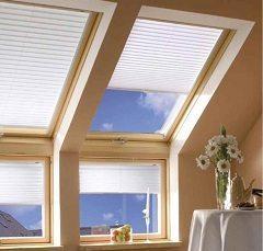 vyberať strešné okná s drevenou textúrou