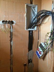 zariadiť elektroinštaláciu počas stavby