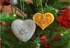 ako zo zvyškov sviečok vyrobiť vianočné ozdoby