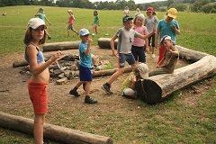 deti idú na letný tábor