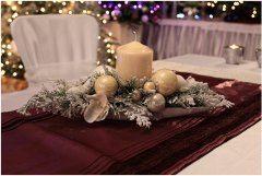 pekne ozdobená sviečka na vianočnom stole