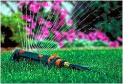 polievanie trávy na jar