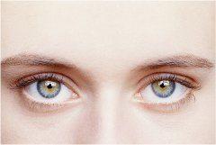 nasadené kontaktné šošovky na očiach