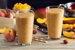 ako urobiť smoothie s mangom a broskyňou