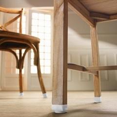 nohy stoličiek a stolov