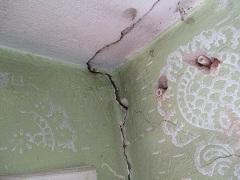 popraskaná stena