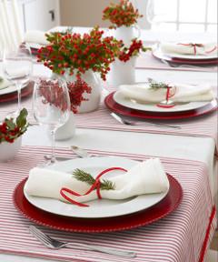 vetvičky na stole a návod na vianočné stolovanie