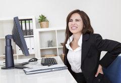ako správne sedieť za stolom pri počítači