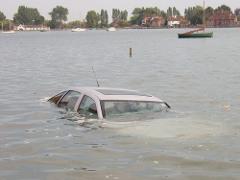 ako uniknúť z potápajúceho sa auta