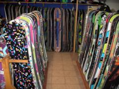 výber snowboardov v obchode
