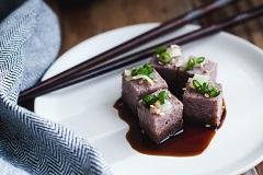 ako na tofu v kuchyni