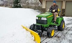 Záhradný traktor so snežným pluhom