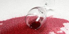 červené víno na oblečení