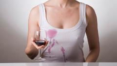 Ako vyprať oblečenie poliate červeným vínom