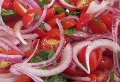 Ako urobiť paradajkový šalát s cibuľou