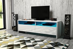vyberanie dreveného TV stolíka