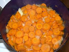 Ako pripraviť mrkvovú omáčku s hráškom a zemiakovou kašou