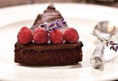 ako pripraviť nepečenú čokoládovú tortu s malinami