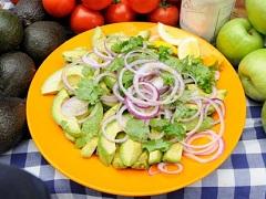 avokádový šalát s červenou cibuľou