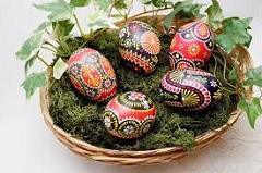 veľkonočné vajíčka na halúzkach