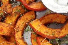 ako urobiť pečenú tekvicu so zemiakmi, paradajkami a rozmarínom