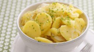 recept a návod ako urobiť viedenský zemiakový šalát