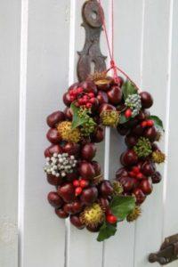 návod ako si vyrobiť jesenný dekoračný gaštánový veniec
