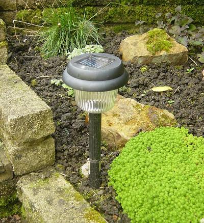 solarne lampy v záhrade