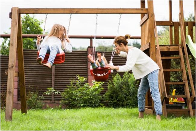 detská hojdačka na záhrade