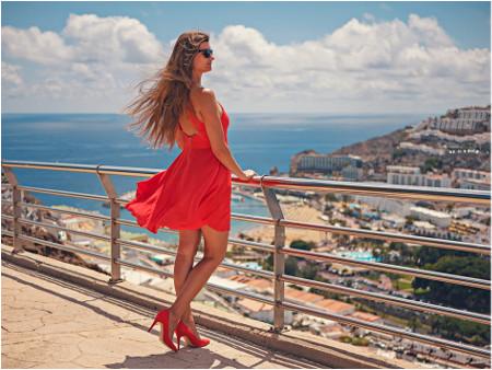 pekné červené lodičky skombinované s červenými šatami