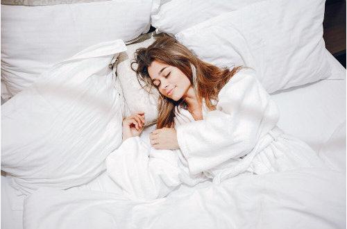 Čalúnená posteľ do každej spálne. Aké sú jej výhody?