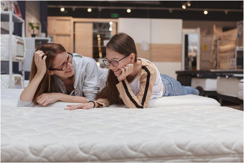 Pohodlná mäkká čalúnená posteľ